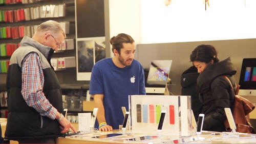 Fake Apple Store Employees Try to Sell Customers on Microsoft
